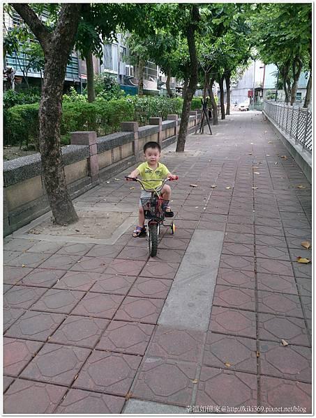 小安騎腳踏車2Y9M29D (2).JPG
