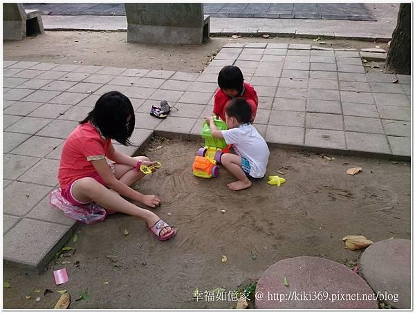 20150510 公園玩沙 (5).JPG