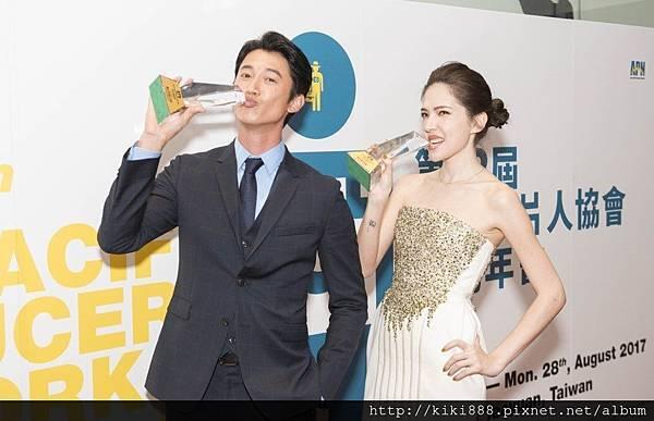 左與許瑋甯右獲頒APN亞洲電影獎年度最佳男女演員獎,開心地作勢吃獎盃。
