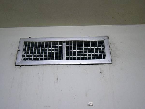 中央空調冷氣口 好處是真的很冷 不用怕不涼.JPG