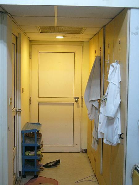 門口玄關  黃光稍微有修飾的作用 一進門就是四個衣櫃.JPG