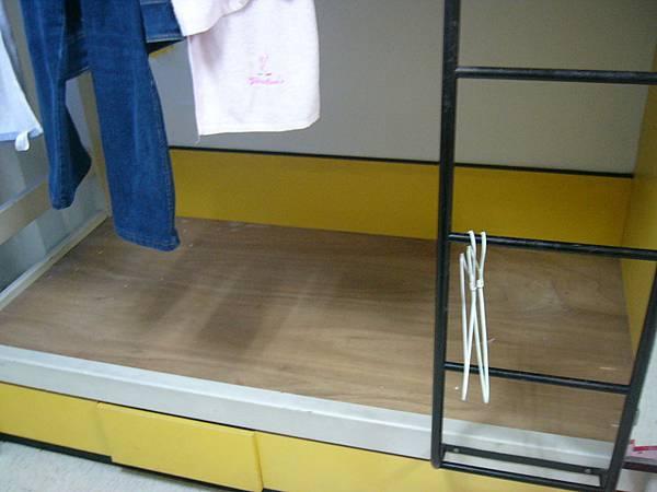 赤裸裸的床板  長庚沒有附寢具唷.JPG