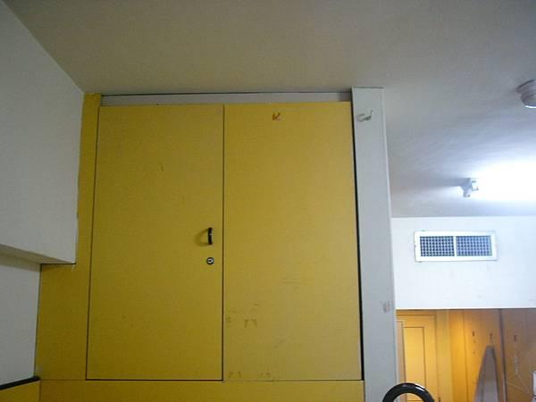 上鋪的床會有一個櫃子.JPG
