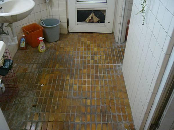 噹啷~這是浴室的地板.JPG