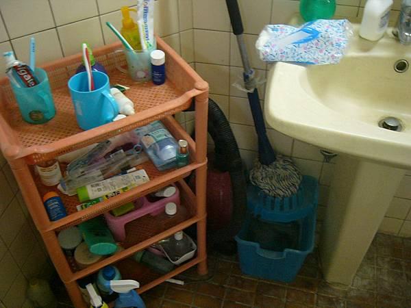 兩間共用一間浴廁 不過洗手台有兩個.JPG