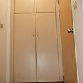 進門右手邊就是櫃子 算兩人份的 大小跟女舍一樣