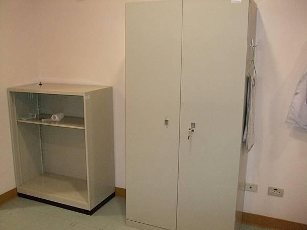 另一個衣櫃 很大 但我手殘讓他鎖住了 打不開中@@