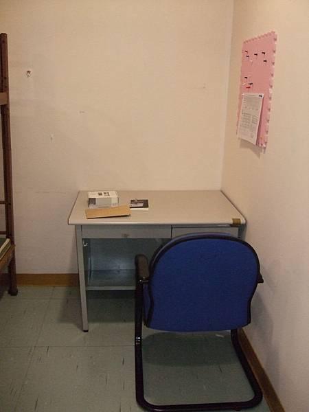 空位子 桌上放的是郭郭的報到物品