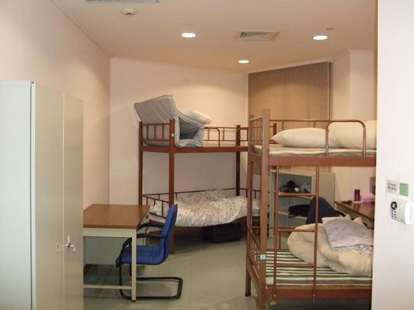 從門口往房間看 是三人份的大小