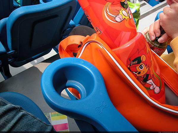 桃園青埔棒球場的座位有飲料架!不錯不錯.可以放一瓶保特瓶的大小.