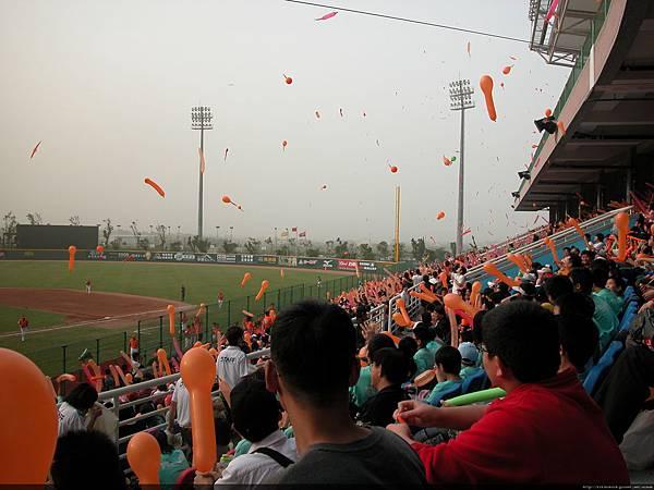 獅迷活動~七局放氣球@這次是第一波.