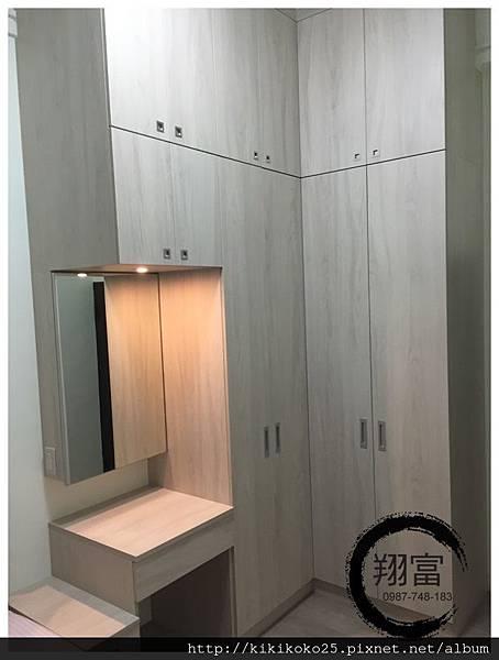 11 翔富裝潢 系統櫥櫃 衣櫃 轉角櫃 化妝台 格抽 BLUM五金 鏡箱.JPG