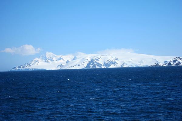 前進號行駛了兩天終於到達半月島.png