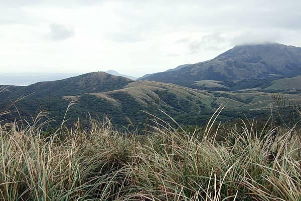 走到第一個高點,遠眺層層疊疊的山陵.JPG