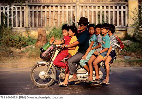 man_with_six_children_on_motorcycle_phnom_penh_700-00086624.jpg
