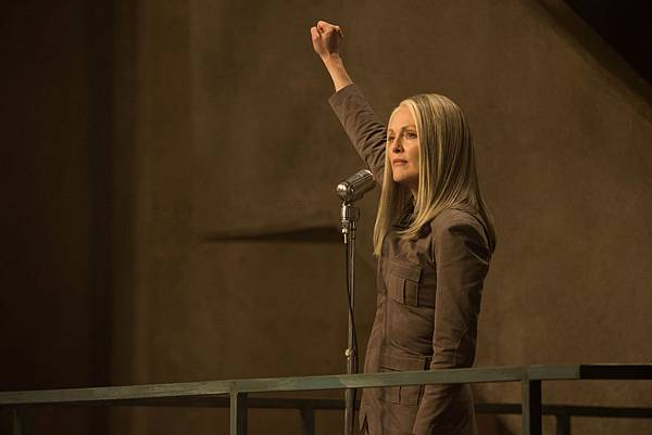 film-review-the-hunger-games-mockingjay-part-1-julianne-moore