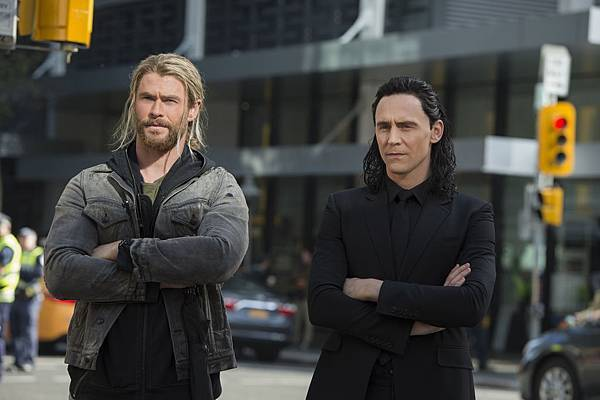 thor-ragnarok-tom-hiddleston-chris-hemsworth