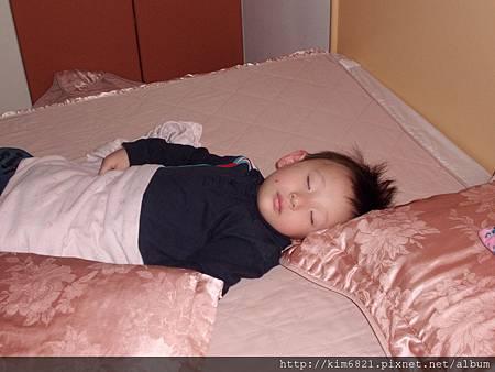 小禧在月子中心睡得很香甜
