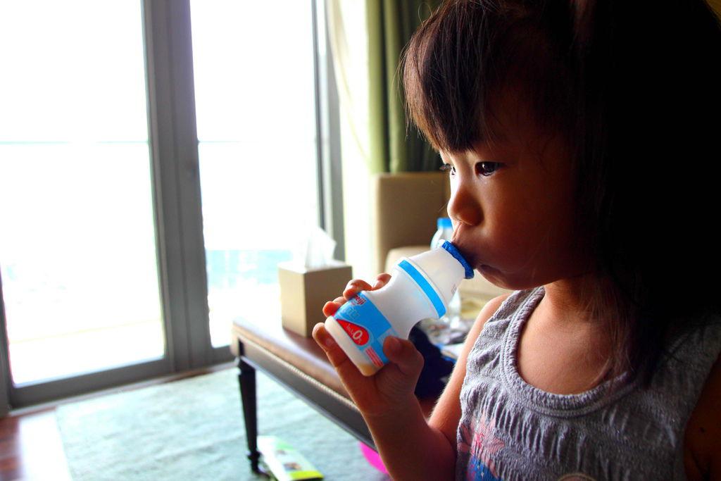 女兒吵這要喝養樂多,只好買泰國養樂多
