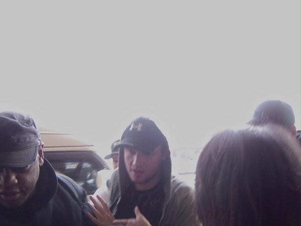機場Nick穿著帽T