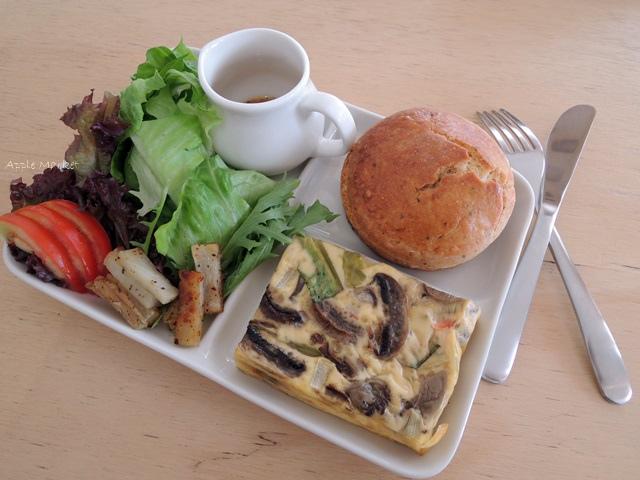 1446385832 3469855297 - Café Paper Flight紙飛機@極簡風氣質小店 簡約早餐盤讓人很喜歡 可以悠閒閱讀 也能輕鬆聊聊(已歇業)
