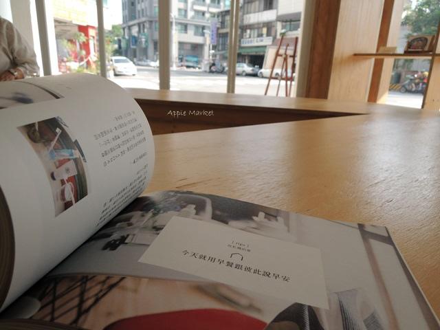 Café Paper Flight紙飛機@極簡風氣質小店 簡約早餐盤讓人很喜歡 可以悠閒閱讀 也能輕鬆聊聊
