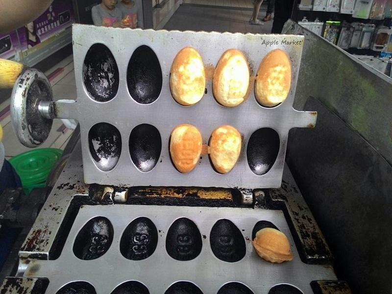 1459835016 1904171420 - 無名10元雞蛋糕@中友百貨對面眼鏡行前小車攤 鬆軟紮實的傳統蛋型雞蛋糕 讓人懷念的古早味
