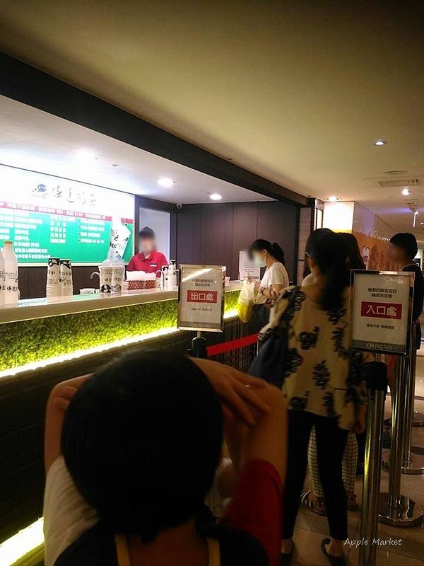 樺達奶茶@中友百貨美食街內排隊飲料店 來自高雄的在地老品牌 黑字白底知名招牌 超高人氣飲品店家 冷飲不加冰塊喔