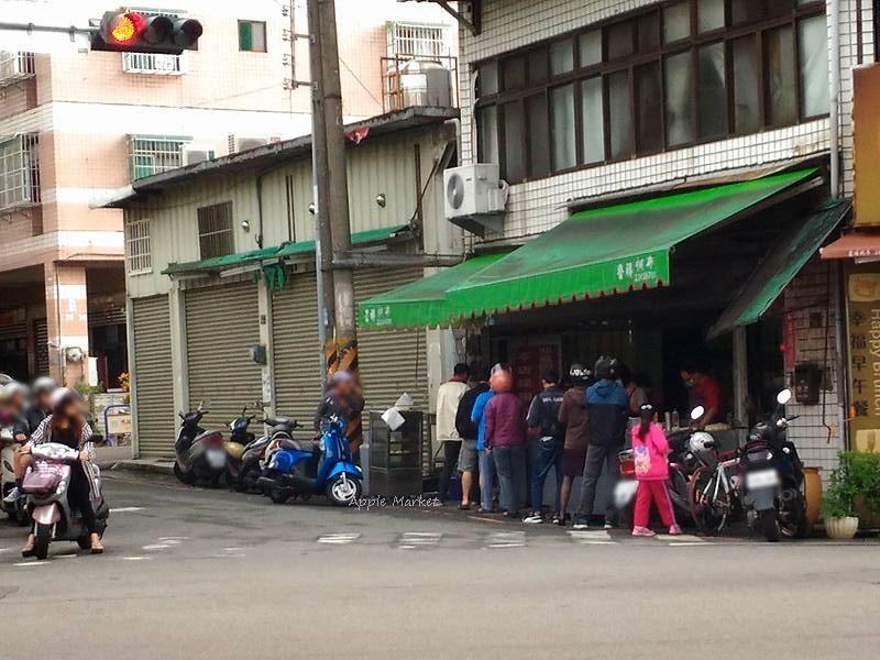 昌平路無名早餐 現場手工桿麵團 傳統古早味蔥油餅 蛋餅 蘿蔔糕 煎包 每早排隊不間斷
