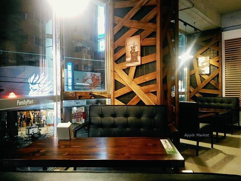 逢甲夜市全新開幕24小時營業工業風咖啡館 大片落地窗光線優視野佳 免費wifi筆電手機充電插座 早中晚餐甜點宵夜全都包