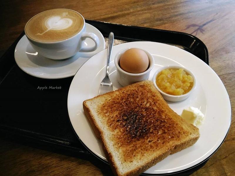 Fleet Street@艦隊街咖啡 十點前點咖啡送早餐盤 烤吐司 水煮蛋還附奶油新鮮果醬 營養飽足