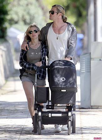 Chris_Hemsworth_Takes_a_Walk_with_the_Family