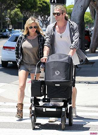 Chris_Hemsworth_Takes_a_Walk_with_the_Family(2)