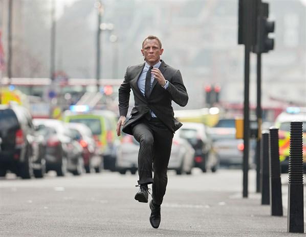 Daniel-Craig-Skyfall-London-running