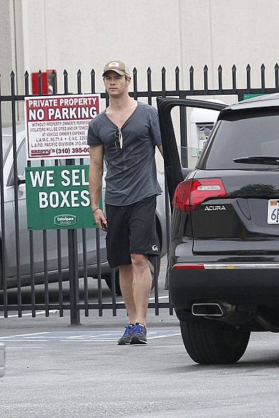 Chris+Hemsworth+Chris+Hemsworth+Runs+Errands+uKKQ6RvmjJOx