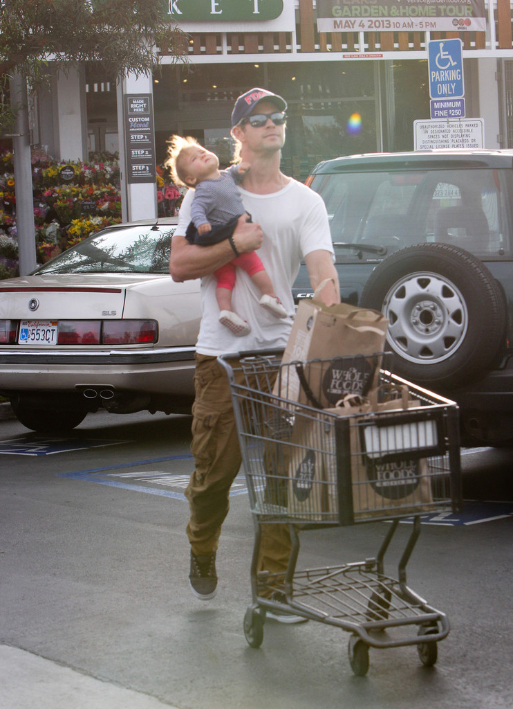 Chris+Hemsworth+Chris+Hemsworth+Takes+Daughter+MOA5CD3vueFx