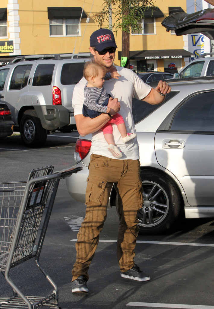 Chris+Hemsworth+Chris+Hemsworth+Takes+Daughter+eCY1B3ECS-mx