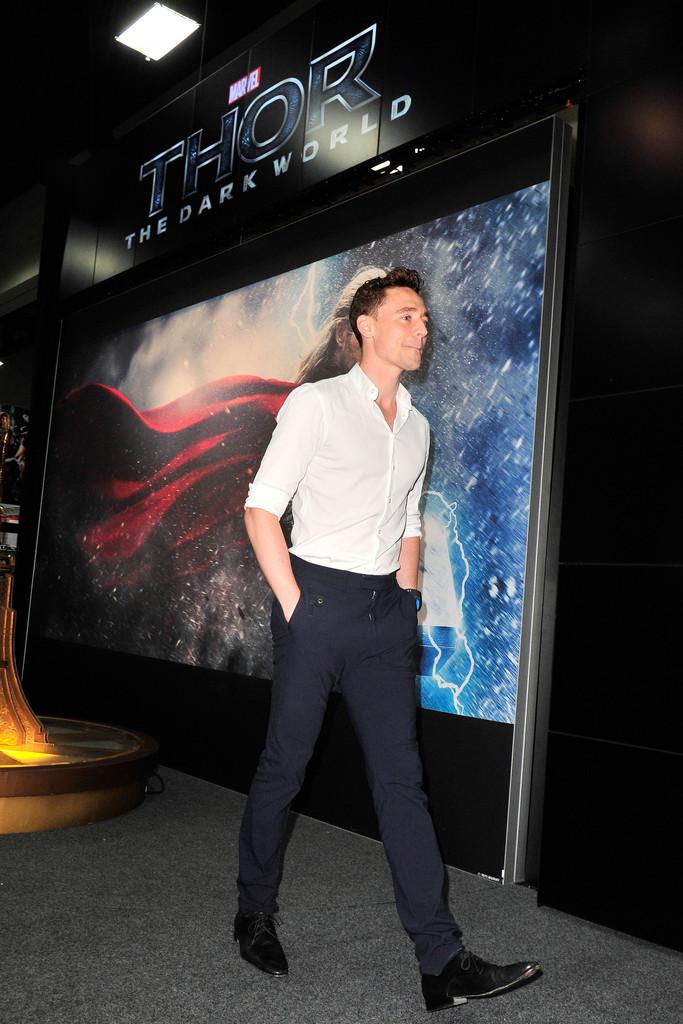 Tom+Hiddleston+Tom+Hiddleton+Greets+Fans+Comic+KsaQcegSf8Nx
