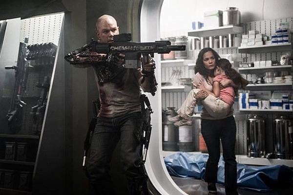 Matt-Damon-and-Alice-Braga-in-Elysium-2013-Movie-Image-650x432