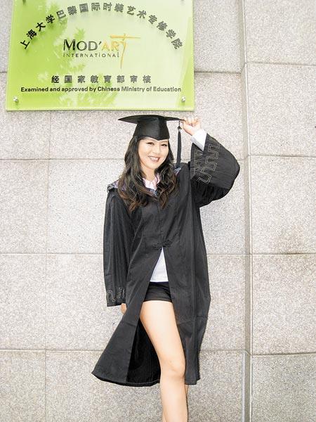 ▲劉品言拿到畢業證書,她開心得在校園留影。(洪秀瑛攝/照片來源:中時娛樂)