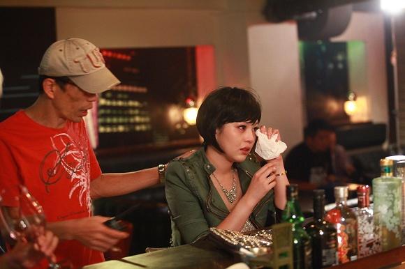言言下戲後仍淚流不止,導演王明台連忙安慰 (圖片來源: 公視)