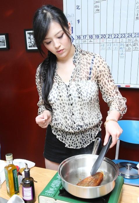 劉品言做年菜 提倡輕食養生 [照片來源:聯合追星網]
