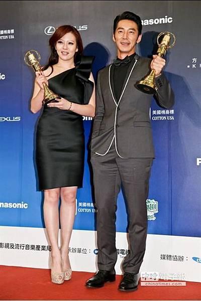 .李李仁(左)、劉品言獲頒戲劇節目男、女配角獎 [照片來源:中時電子報]