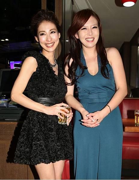 獲得迷你劇最佳女配角的大久保麻梨子(左)和同樣獲獎的劉品言(右)一起慶功。[照片來源:中時電子報]