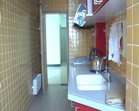 房門不可正對廚房或和廚房相鄰