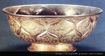 唐代的鴛鴦蓮瓣紋刻花金碗