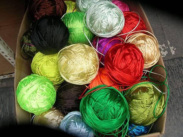 DSCN2807西安城皇廟前店中的彩色線球色澤耀眼