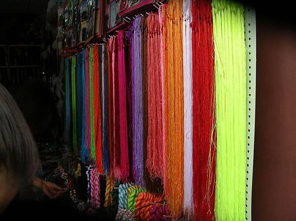 DSCN2806西安城皇廟前店中的彩線如同彩虹