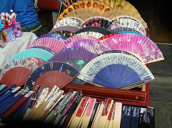 DSCN2790西安城廟前店中的紙扇