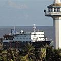永興島的燈塔及補給船.jpg